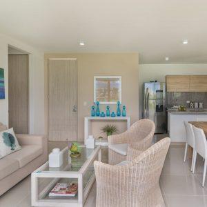 Espacio abierto con acceso al balcón y a la cocina. Cuenta con alta iluminación proveniente de la luz del día, que permite que el espacio se vea más amplio.