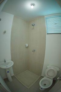 Recuerda que tienes la opción de incluir o no, el cuarto de servicios. Este cuarto cuenta con vista exterior (ventana). Baño con ducha.