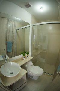 Cuenta con baño amplío, vidrio templado de 8 mm, espejo, mueble flotante para lavamanos en base de mármol, dos tonos de cerámica para mayor contraste.